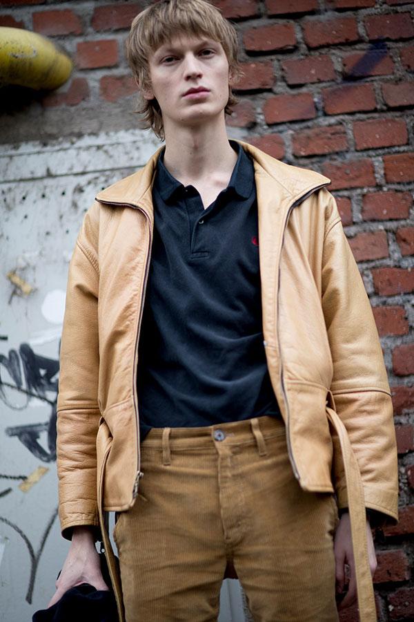 ベージュレザージャケット×黒フレッドペリーポロシャツ×ベージュコーデュロイパンツ