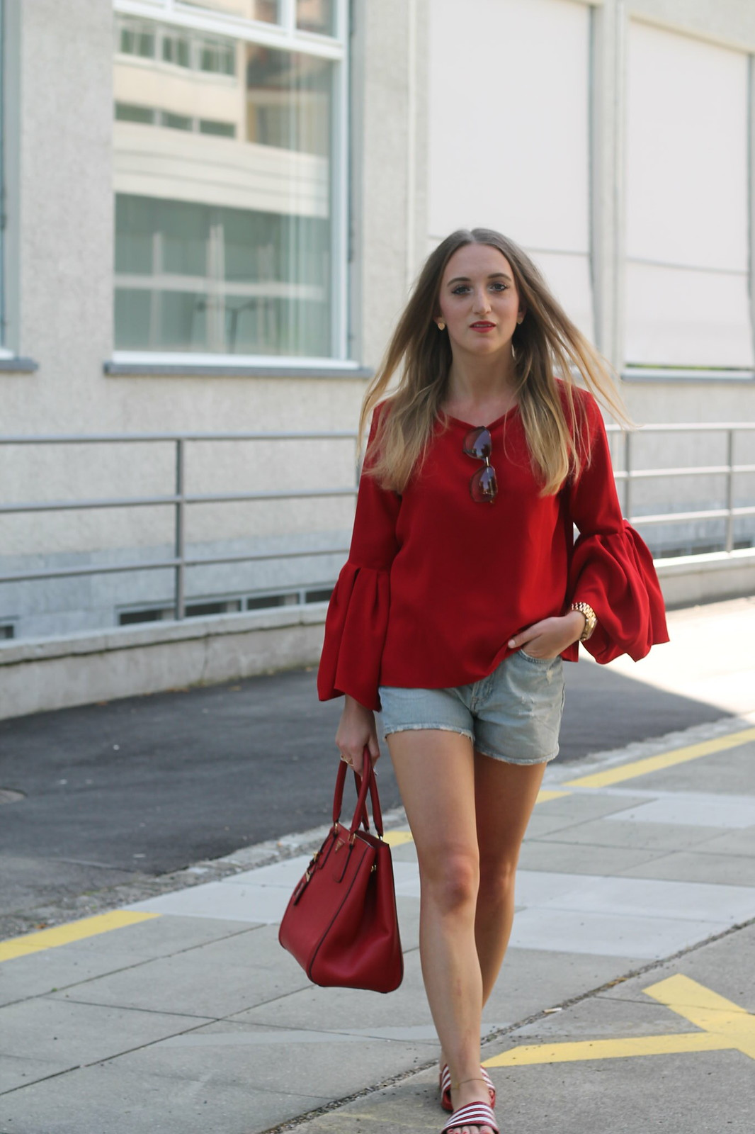 red-blouse-and-adiletten-whole-look-walk-wiebkembg