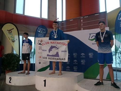 Club Natación Dos Hermanas Raúl Quintana en el podio