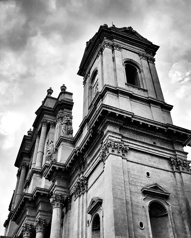 Noto, cattedrale #blackandwhite #black #lookingup #architecture #italy #sicily #noto #baroque #bw #photography #photo #photooftheday #picoftheday #sky #cloudy #igers #igersitalia