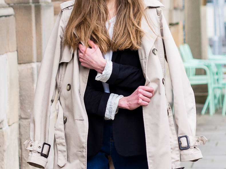 trench-coat-and-blue-denim-spring-outfit