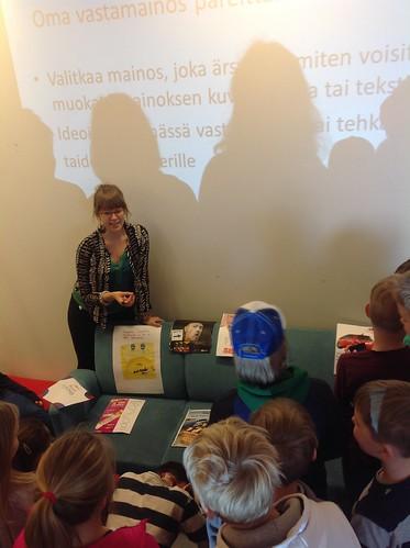 Työpaja kirjastossa. Kuva: Heliminna Hakala. Alkuperäinen teksti kuvineen kirjaston sivuilla: http://my.kirjasto.ws/kevaan-kutkuttavat-vastamainokset/
