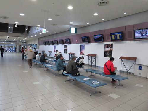 福島競馬場スタンド2階のパドック側コンコース
