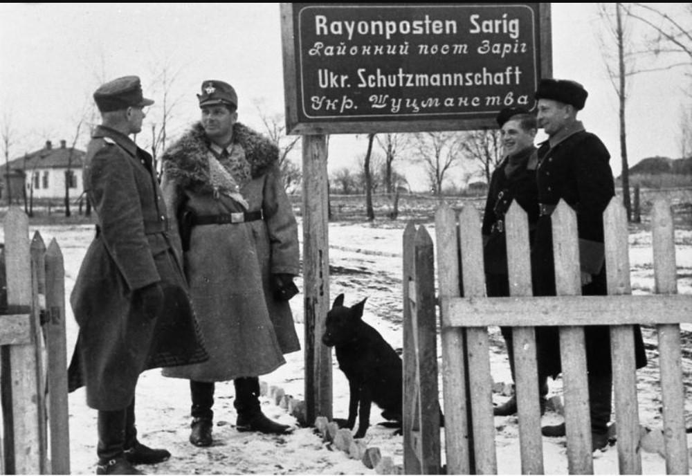 Руководитель районного шуцманского поста в селе Зарог (Полтавская область) гауптвахмистр полиции порядка Фолькманн даёт указания своим подчинённым, декабрь 1942