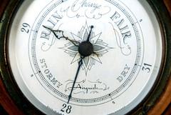 barometer(1.0), tool(1.0), measuring instrument(1.0), close-up(1.0), circle(1.0),