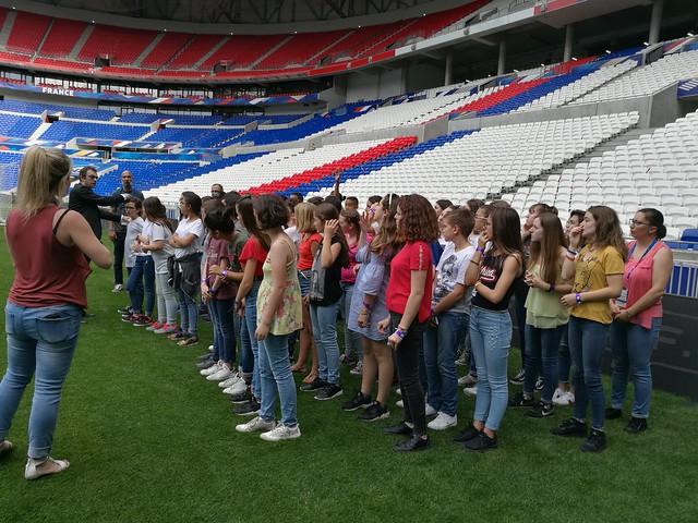 50 collégiens du Rhône chantent les hymnes américain et français lors de la cérémonie d'ouverture du match France - États-Unis