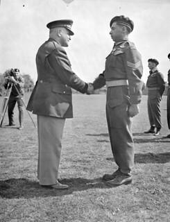 Sgt. G.A. Rainville, former Canadian member of the First Special Service Force, receiving the Silver Star... / Le sergent G. A. Rainville, ancien membre de la Première Force de Service spécial, recevant l'Étoile d'argent...
