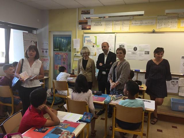 La rectrice offre « Un livre pour les vacances » aux élèves de CM2 de l'école Saint-Exupéry de Bourg-en-Bresse