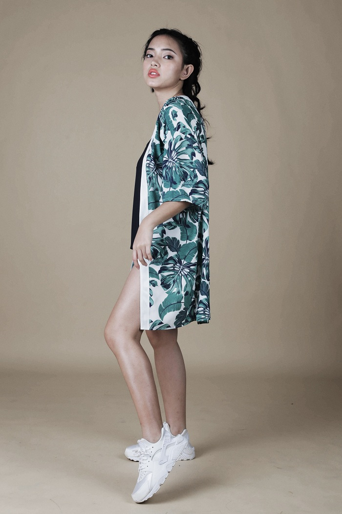 Hot girl kimono Chau Bui combined with tropical print shirt and shorts two short wires