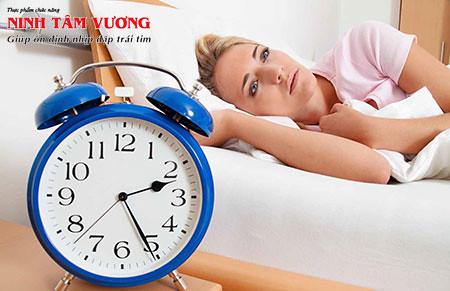 Tim đập nhanh khó ngủ: Nguyên nhân thường gặp và cách khắc phục