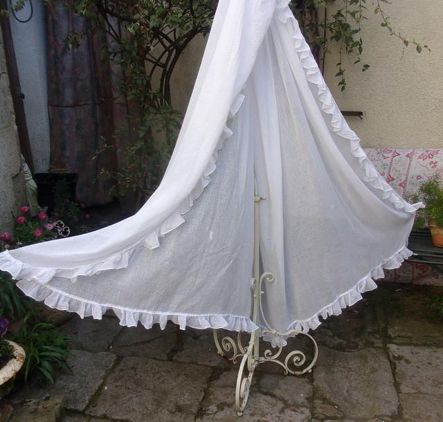 grand voile de berceau ancien en plumetis tissu ancien. Black Bedroom Furniture Sets. Home Design Ideas