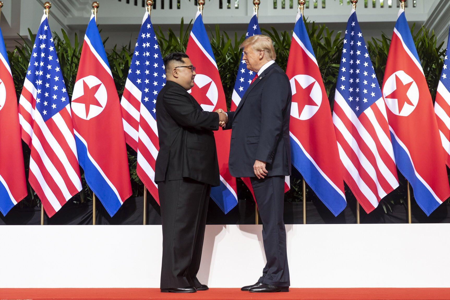 Kim Jon-un and Donald Trump shaking hands at the red carpet during the DPRK–USA Singapore Summit (한국어: 2018년 북미정상회담(싱가포르 회담) 자리에서 김정은 국무위원장(왼쪽)과 도널드 트럼프 대통령(오른쪽)이 악수를 하고 있다.) Photo taken in Singapore on June 12, 2018.