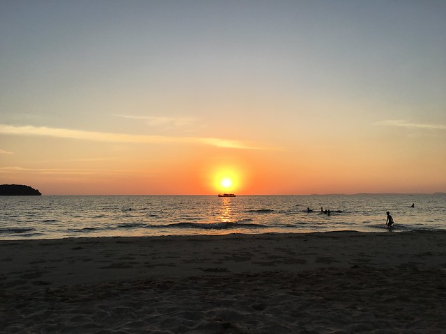 オートレスビーチの静かな夕暮れと船