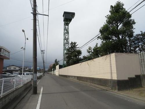 福島競馬場の向正面のさらに向こうを行く