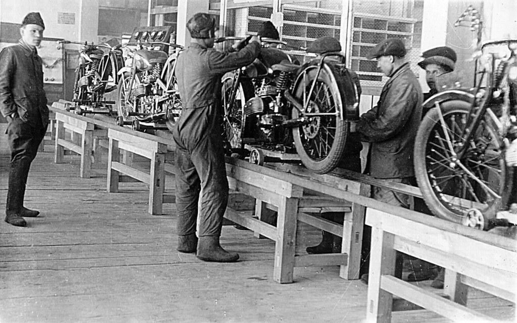19 Сборка мотоциклов ИЖ в цехе завода
