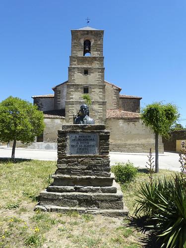 Hiendelaencina (Guadalajara). Monumento al Doctor Don Nicolás Martín Virseda ante la iglesia de Santa Cecilia.