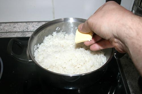 32 - Gekochten Reis mit Butter verfeinern / Refine cooked rice with butter