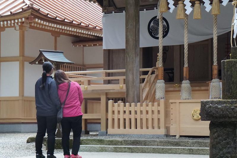 御岩神社 参拝する女の子