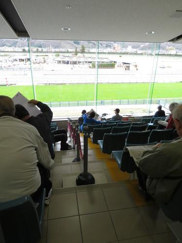 福島競馬場のシニアシートと一般席の区切り
