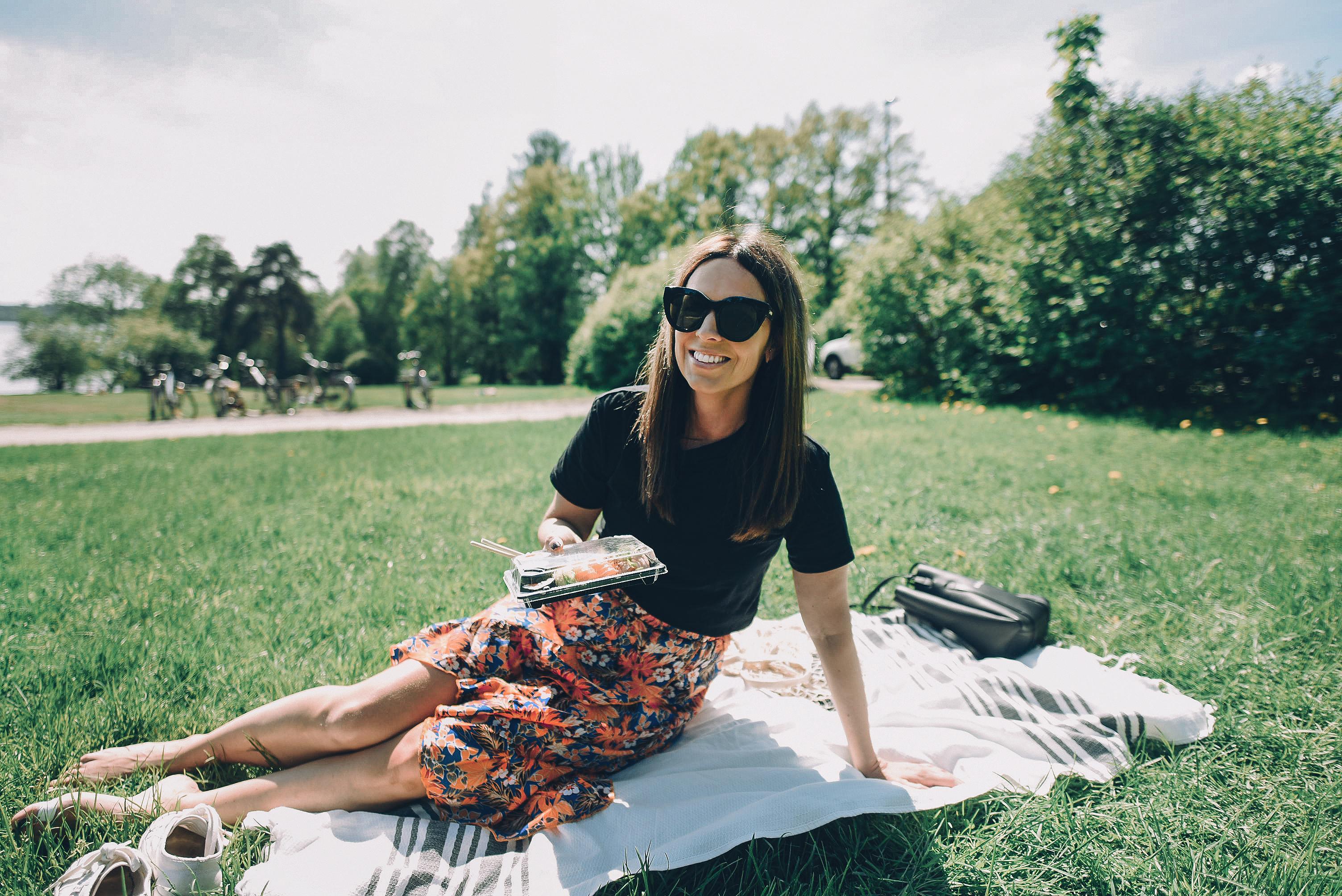 lounas puistossa