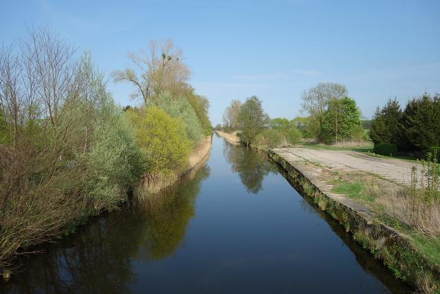 radtour 21./22.4.2018kurz vor Kremmen überquerte ich den Ruppiner Kanal, an dessen Ufern viele Weidenbäume stehen.