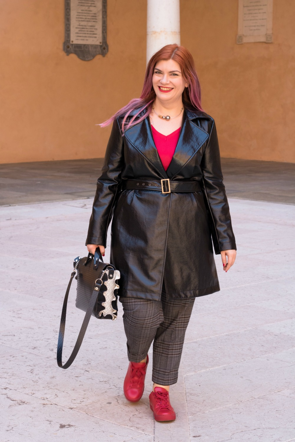Outfit plus size trench lucido in vinile (7)