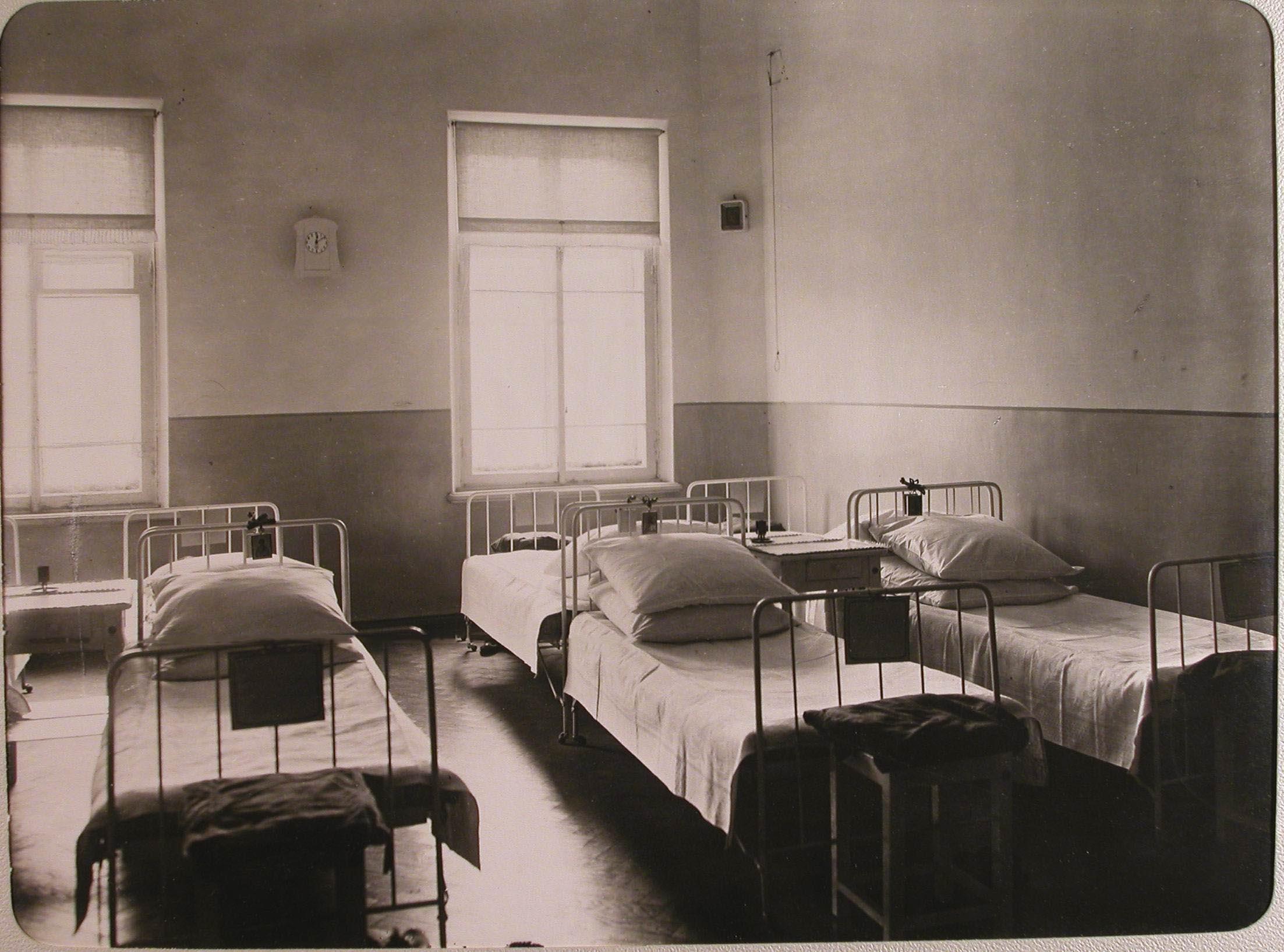 07. Вид части палаты № 2 лазарета для раненых, устроенного в женском училище имени императрицы Марии Александровны