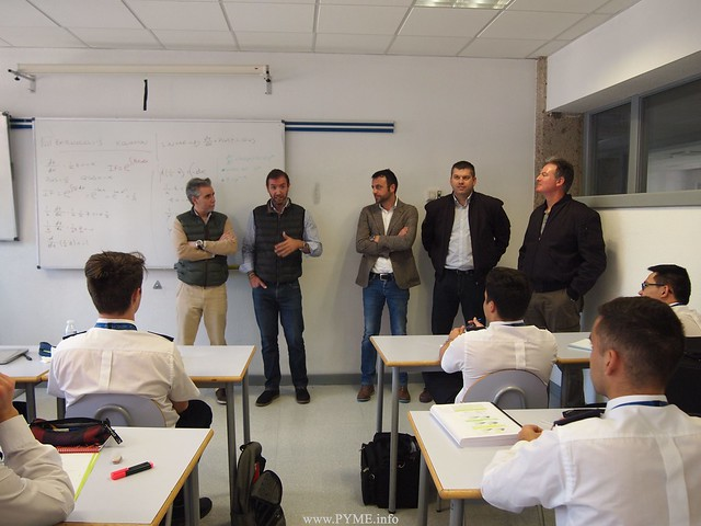 Los antiguos alumnos de la IX promoción de SENASA, durante su jornada con los actuales alumnos de la escuela de pilotos salmantina.
