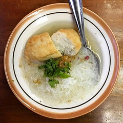 隨便在地圖上找到的人氣餐廳,米絲配魚腐包豆卜,鮮甜清湯為之一振,環境點都好過踎街。 【浪遊旅人】https://ift.tt/1zmJ36B #backpackerjim #indonesianfood #foodgram #foodie #food #glassnoodles #noodles #fishcake #tofu #jalanmalioboro #yogyakarta #java #indonesia