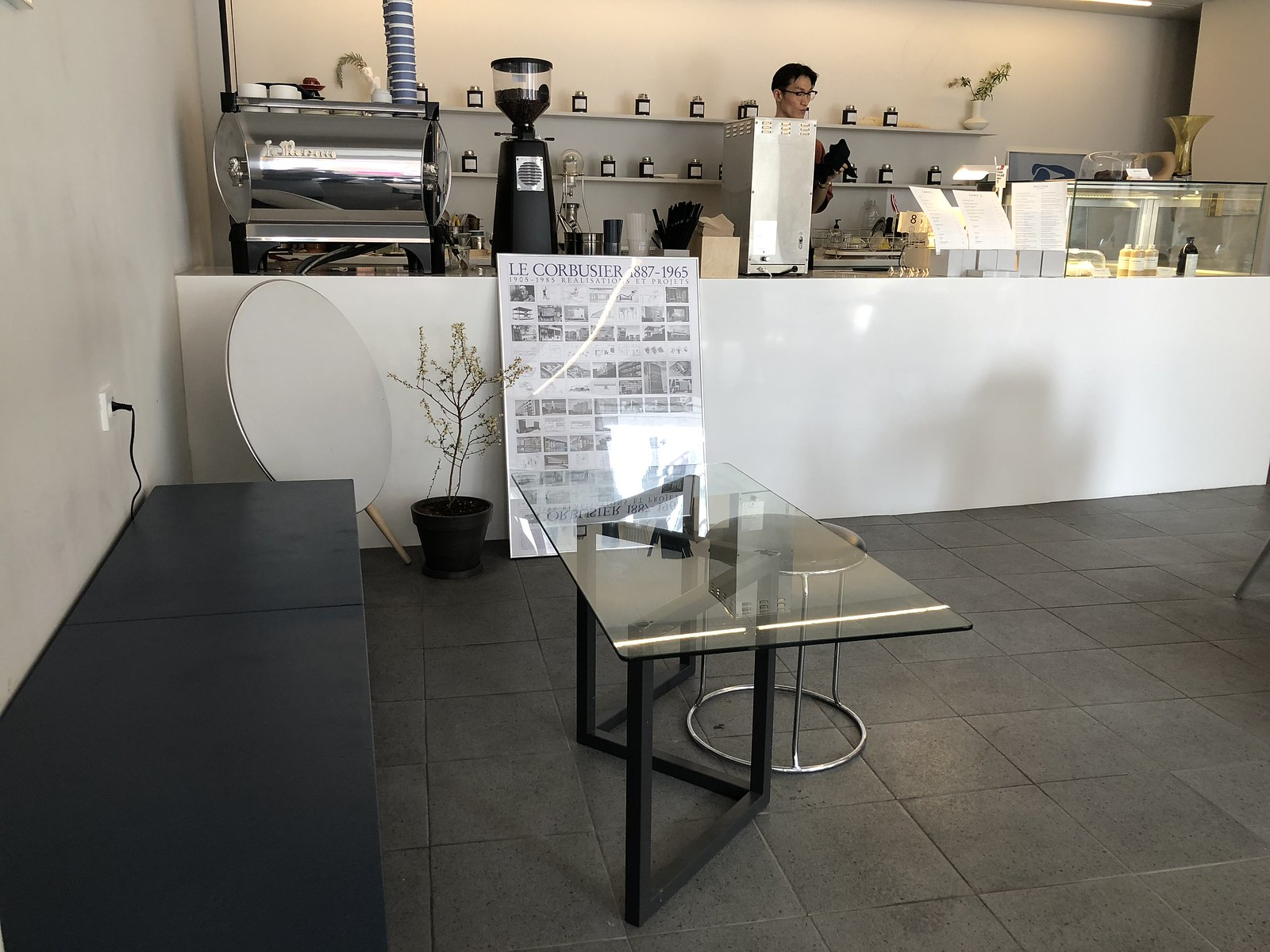 카페 세임의 에스프레소 머신과 카운터