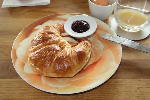 Croissant mit Brombeermarmelade