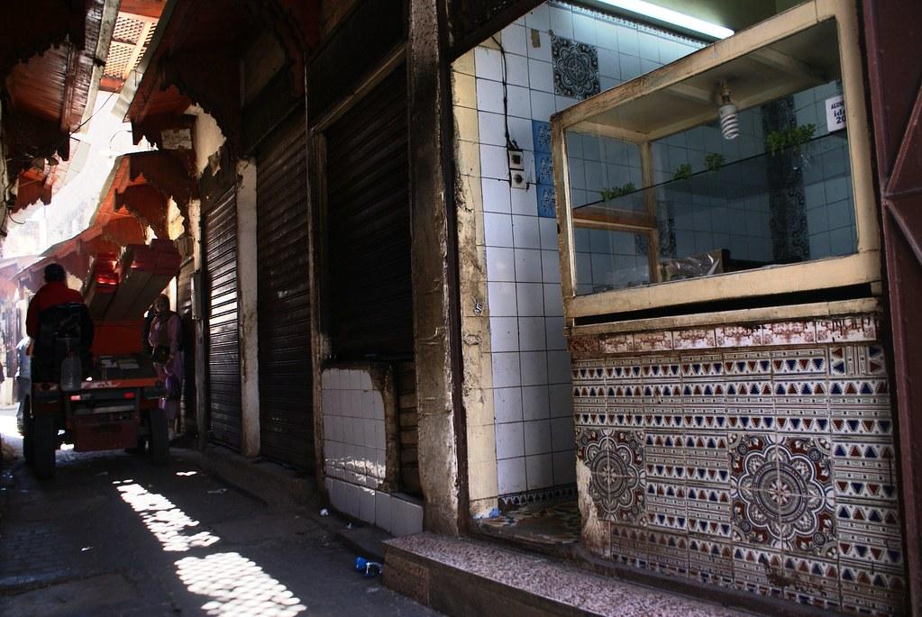 A défaut d'adresse, voici la façade d'un très bon boui boui street food à Fès tenu par un père et ses filles. Un peu plus grand que les autres et super nourriture et service.