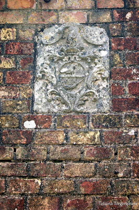 Герб в стене