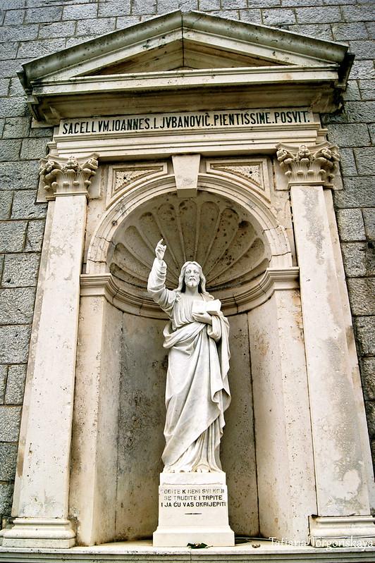 Скульптура Христа возле церкви Подъем  к церкви Рождества Богородицы
