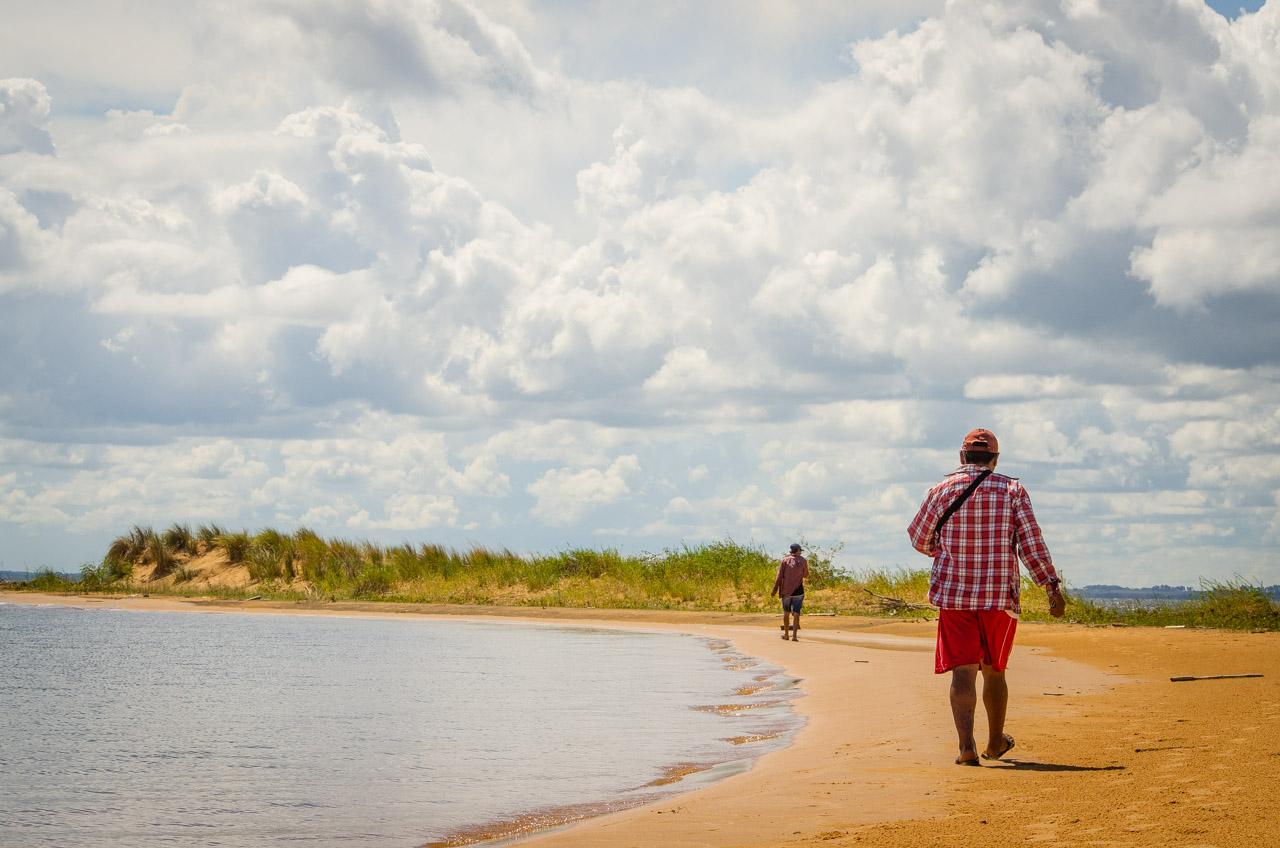 La tripulación del bote que transporta a turistas hasta las dunas de San Cosme recorre el lugar para inspeccionar. A pesar de una buena cobertura de nubes, los rayos del sol están fuertes en las dunas, por lo que se recomienda proteger la piel. (Elton Núñez).
