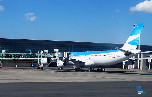 Aerolíneas Argentinas A340-300 gate EZE (RD)