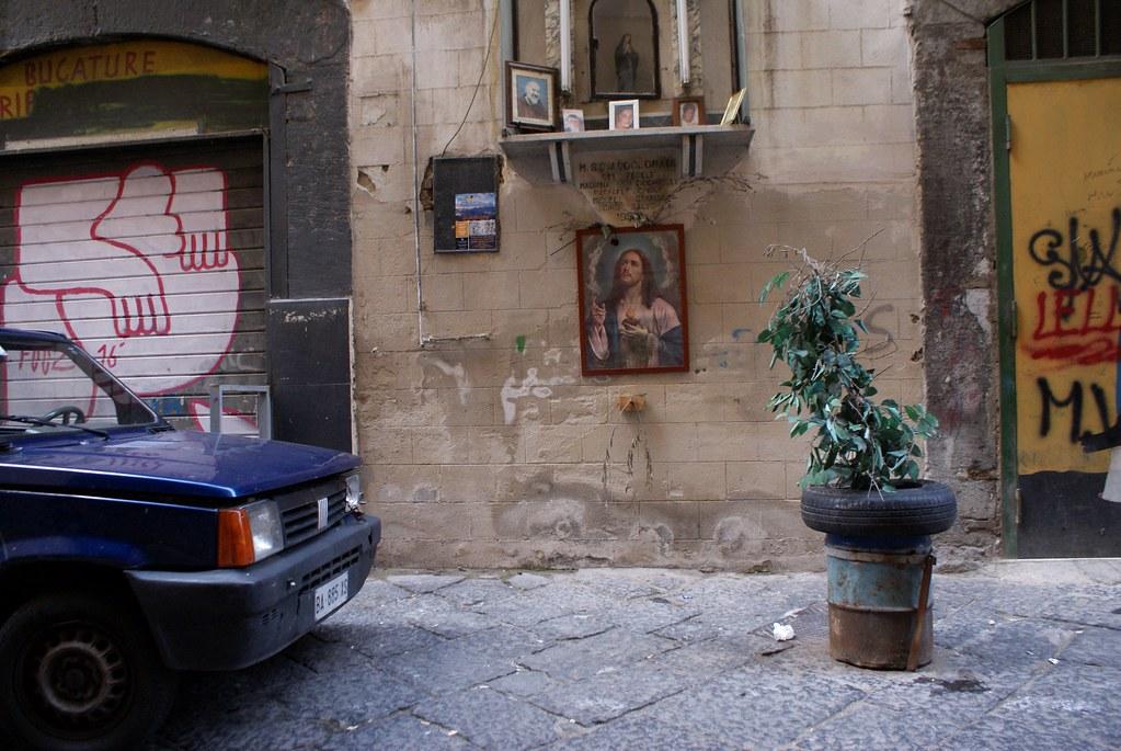 Jésus et Padre Pio veillent aux Quartiers Espagnols à Naples.
