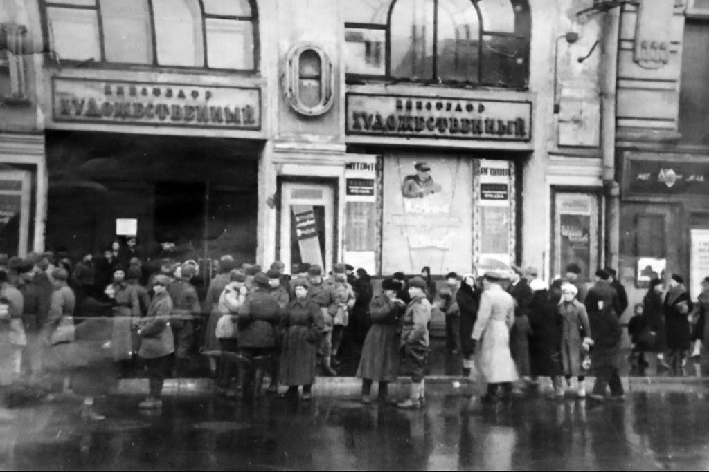 1943. Очередь у кинотеатра Художественный
