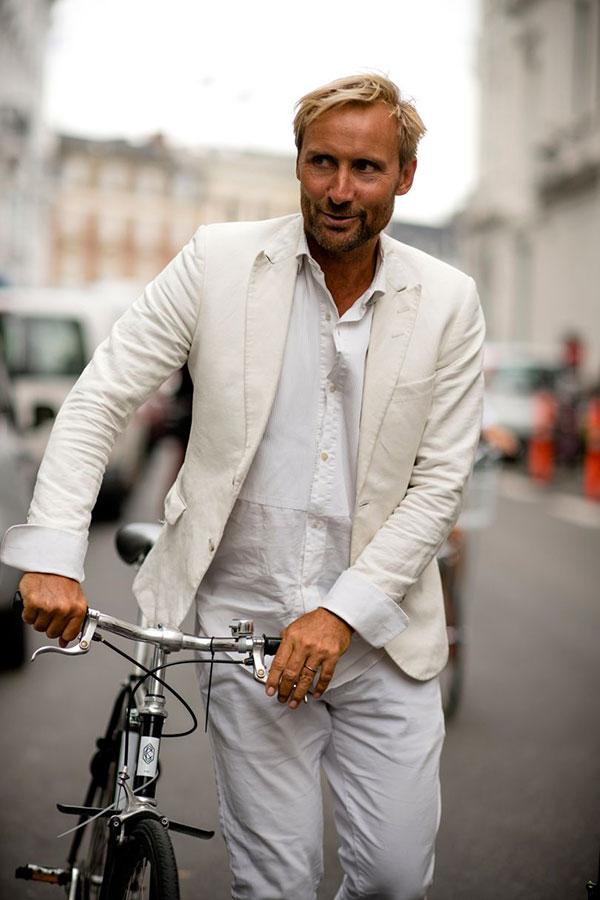 白テーラードジャケット×白シャツ×白パンツ