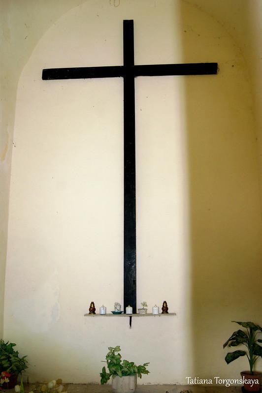 Крест внутри усыпальницы