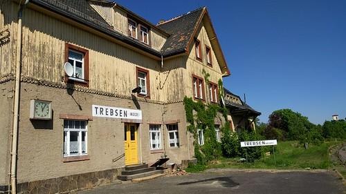 Stillgelegt und zum Verkauf: Der Trebsener Bahnhof dient als Wohnhaus. Man beachte die gepflegten Stationsschilder.