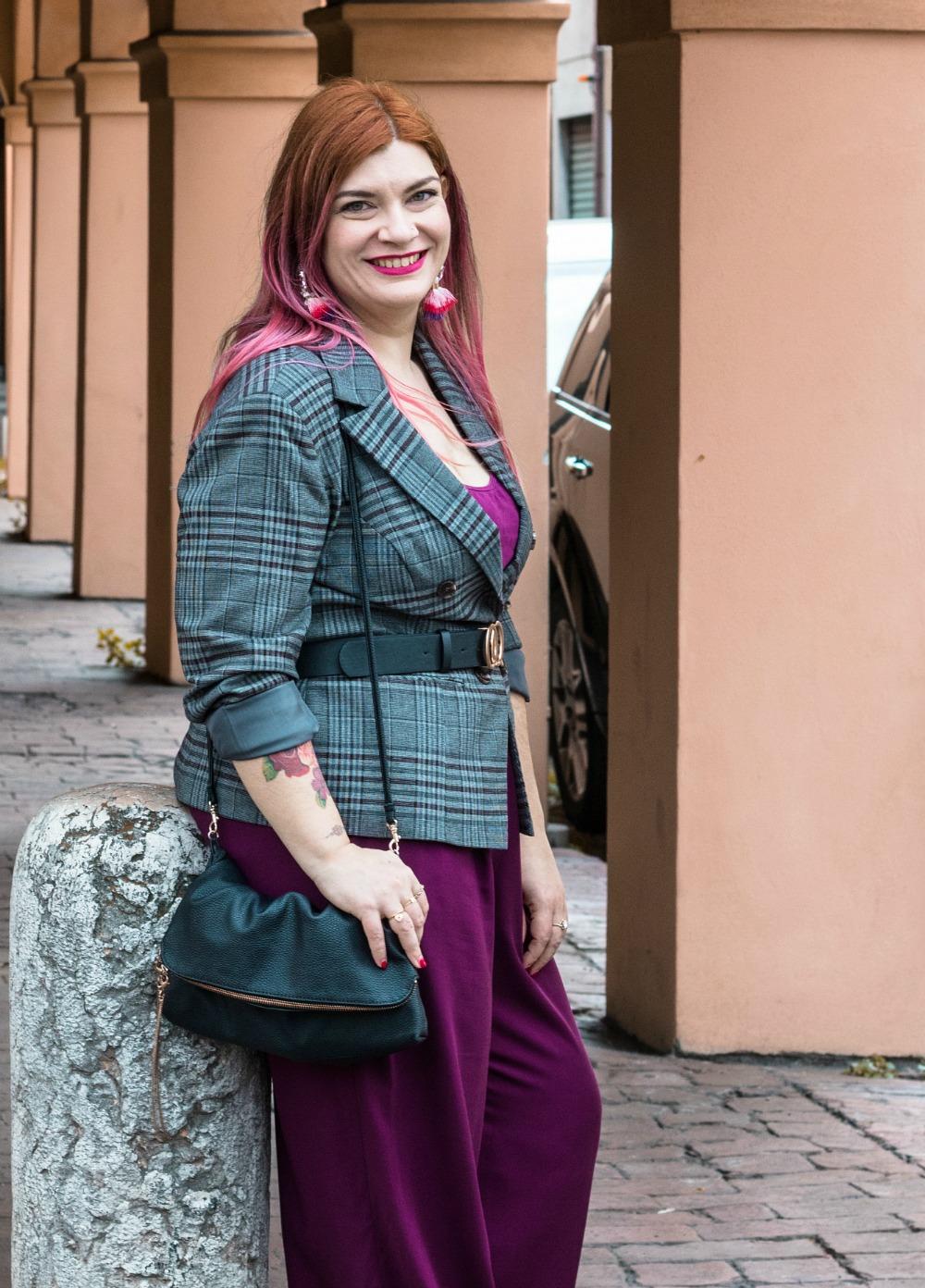 outfit curvy plus size pantaloni palazzo viola e blazer principe di galles (9)