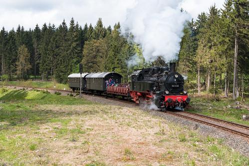 94 1538 bei der Einfahrt in den Bahnhof Rennsteig