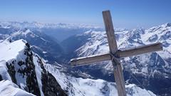 Widok ze szczytu Piz Malenco 3400m na dolione Valmalenco.