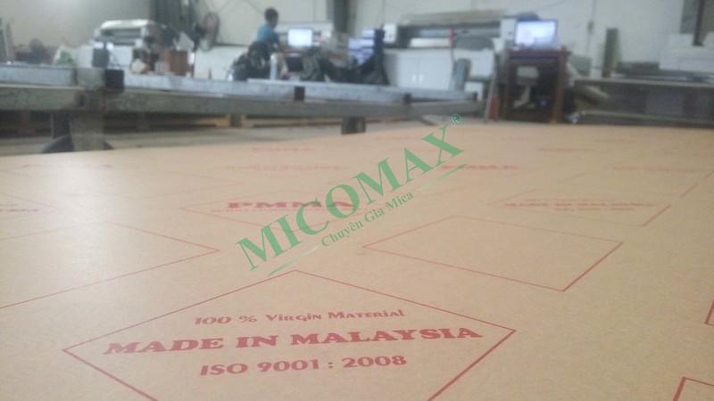 Tấm nhựa Mica đang chờ đến lượt được gia công