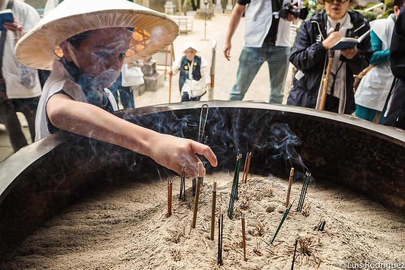 Realizando la ofrenda de incienso en el templo Okubo