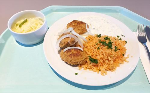 Greek bifteki with tzatziki, fresh onions & tomato rice / Griechische Bifteki mit Tzaziki, frischen Zwiebeln & Djuvecreis