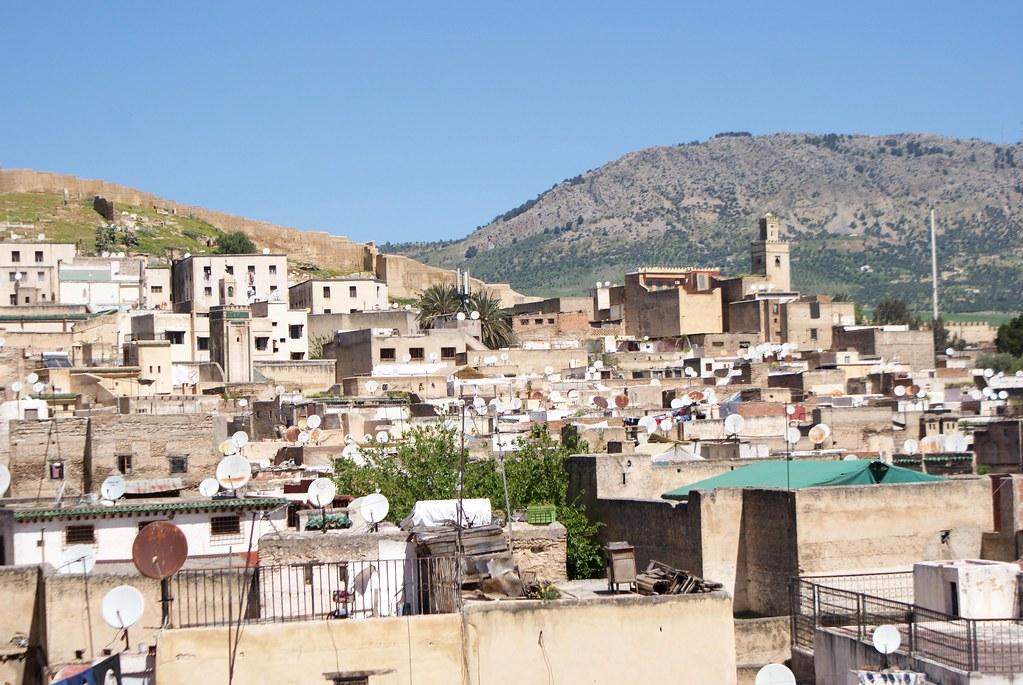 Un bout de la Médina de Fès avec la colline de Jbel Zalagh au nord depuis la terrasse du musée Nejjarine.