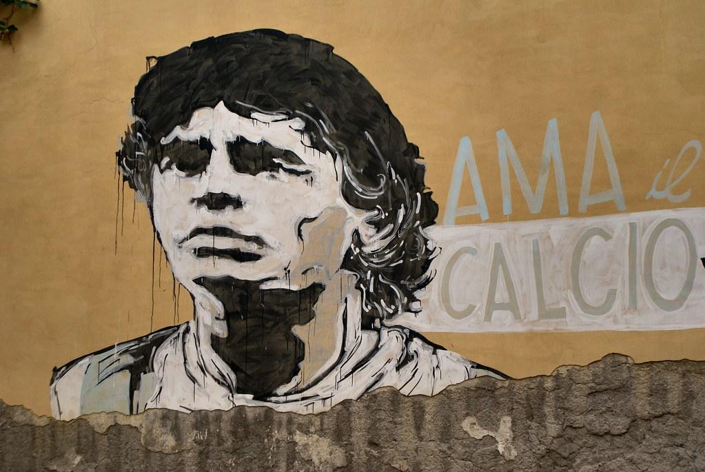 Maradona sur le terrain de foot du centre socioculturel Je so' Pazzo à Naples.