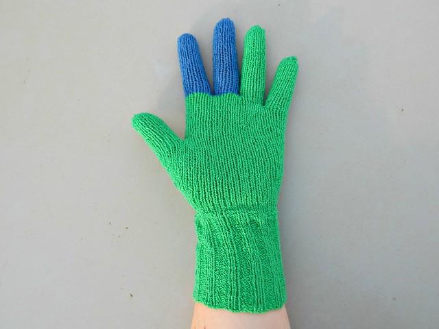 Перчатки, связанные спицами из камтексовского хлопка-стрейч.  Фотографии и инструкция по вязанию в блоге ХорошоГромко.ру | HoroshoGromko.ru